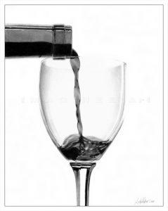 dessin d'une bouteille de vin remplissant un verre