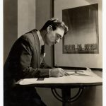 photo de Robert Edmond Jones à sa table à dessin