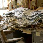 Image d'un bureau rempli de papiers