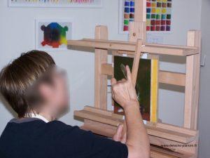 Phot d'une élève entrain de peindre