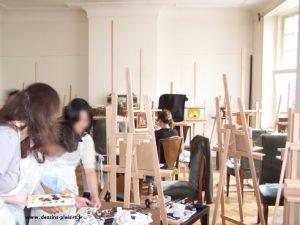 photo de stagiaires près des tubes de peinture