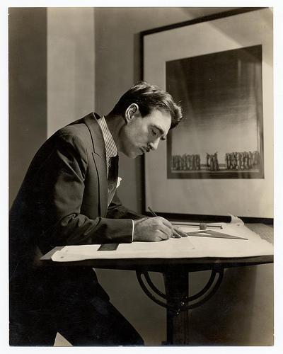 photo de Robert Edmond Jones à sa table à dessin